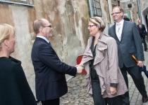 Õnnitleb Marika Tammeaid, Põhjamaade Ministrite Nõukogu Eesti esinduse endine direktor