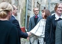 Õnnitleb Piret Marvet Norra Kuninglikust Saatkonnast Eestis