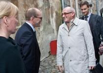 Õnnitlevad Gennadi Gramberg ja Aleksandr Popel Tallinna Keskkonnaametist