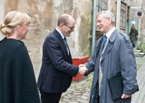 Õnnitleb Trivimi Velliste, endine Balti Assamblee juht
