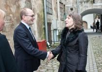 Õnnitleb Margit Oja Tartu Annelinna raamatukogust