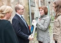 Õnnesoovid Narva Noortekeskusest, meie infopunktist: Anna Konovalova (vasakul) ja Anastassia Alandži