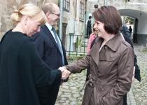 Õnnitleb Christina Lehtinen Soome saatkonnast Tallinnas