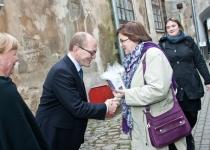 Õnnesoovid Soome Instituudilt Eestis: direktor Riitta Heinämaa (esiplaanil) ja Jenni Kallionsivu