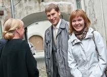 Õnnitlused Pärnu Maavalitsuselt, meie infopunktist: Kersti Liiva (esiplaanil) ja maavanem Andres Metsoja