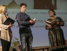 Rawdna Carita Eira (paremal) esitamas oma luulet Tallinna Gustav Adolfi Gümnassiumi õpilastega