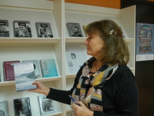 Anu Saluäär näitab Ulla-Lena Lundberg teost