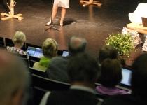Kerstin Brunnberg ja sülearvutitesse sukeldunud publik