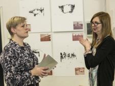 Riika Engman Põhjamaade kultuuripunktist ja näituse kuraator Maija Rudovska
