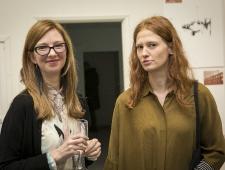 Näituse kuraator Maija Rudovska ja osalev kunstnik Sigrid Viir