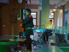 Saami muusiku Niillas Holmbergi ja Roope Mäenpää kontsert TÜ Narva kolledžis.