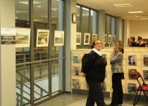Göte Aski fotonäitus Gotlandi kiviaedadest Saare Maakonna Keskraamatukogus