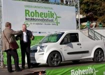Tallinna abilinnapea Arvo Sarapuu katsetas elektriautot