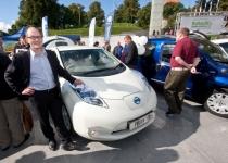 Elektriauto juures Berth Sundström, Põhjamaade Ministrite Nõukogu Eesti esinduse direktor